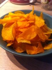 Chips NAschen vor dem Fernseher Knabbern
