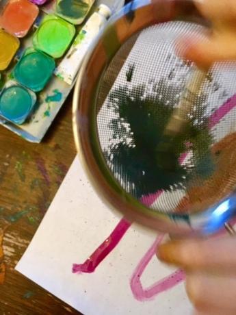 Kräftig die Farbe durchs Sieb streichen...