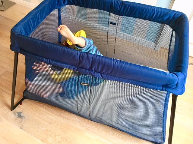 ein kinderreisebett das sich mit zwei handgriffen auf und abbauen l sst das gibt es. Black Bedroom Furniture Sets. Home Design Ideas